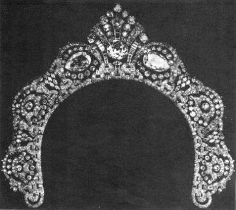 The pear-shaped Arcot diamonds set in the Westminister tiara on either side of the central round brilliant-cut diamond. The tiara has a total of 1,424 diamonds