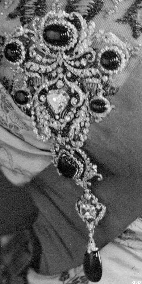 delhi-durbar-parure-stomacher-incorporating-cullinan-v-brooch-as-centerpiece