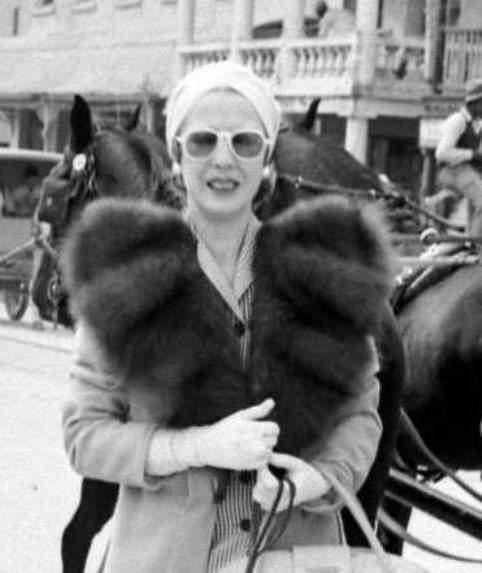Elena Lupescu in Bermuda in 1941 wearing the same pair of pearl drop earrings