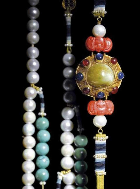 Close up of a section of Emperor Yongzheng's Ceremonial Eastern Pearl Court Necklace.