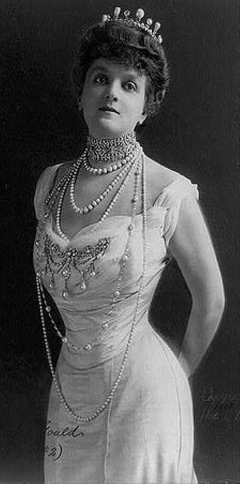 Wide dog collar and long sautoir pearl necklaces worn by Queen Alexandra, queen consort of King Edward VII (1901-1910)