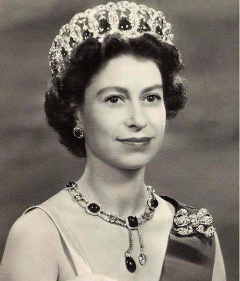 queen-elizabeth-ii-wearing-the-grand-duchess-vladimir-tiara-and-delhi-durbar-necklace