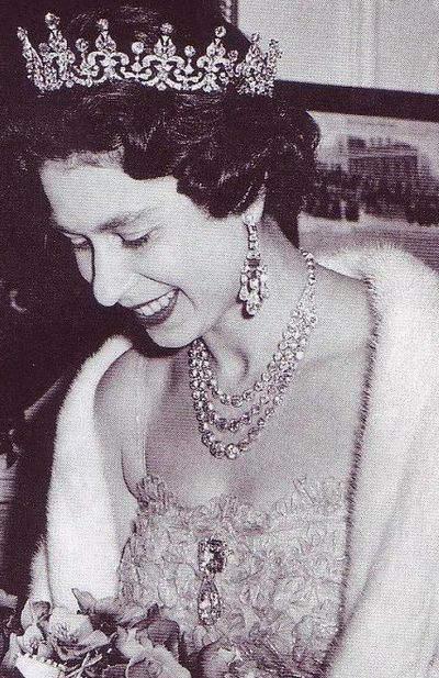 queen-elizabeth-wearing-the-cullinan-iii-and-iv-pendant-brooch