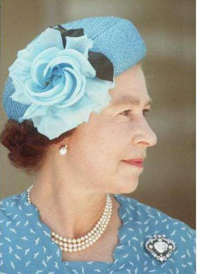 queen-elizabeth-wearing-the-cullinan-v-brooch-during-a-visit-to-tuvalu-in-polynesia