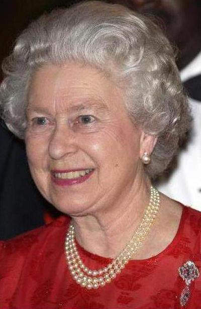 queen-elizabeth-wearing-the-cullinan-vi-and-viii-brooch-during-an-official-visit-to-jamaica-in-2002