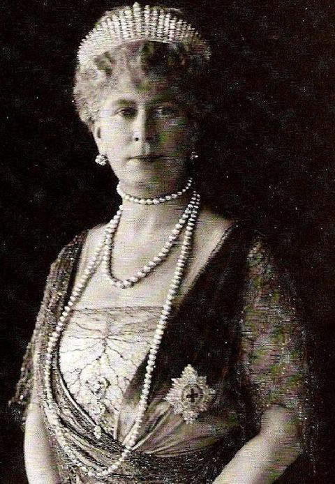 queen-mary-wearing-cullinan-vi-and-viii-brooch-linked-to-cullinan-v-brooch