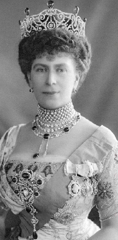 queen-mary-wearing-the-delhi-durbar-parure-stomacher-with-the-cullinan-v-brooch-as-centerpiece